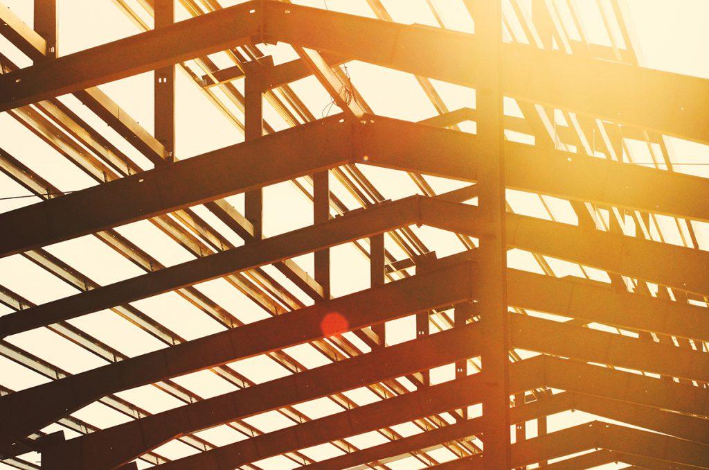 Sonnenstrahlen scheinen in ein Gebäude