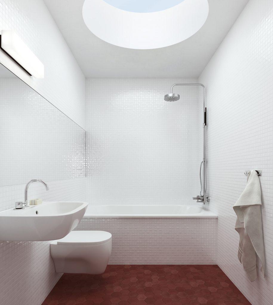 Helles Badezimmer mit Oberlicht