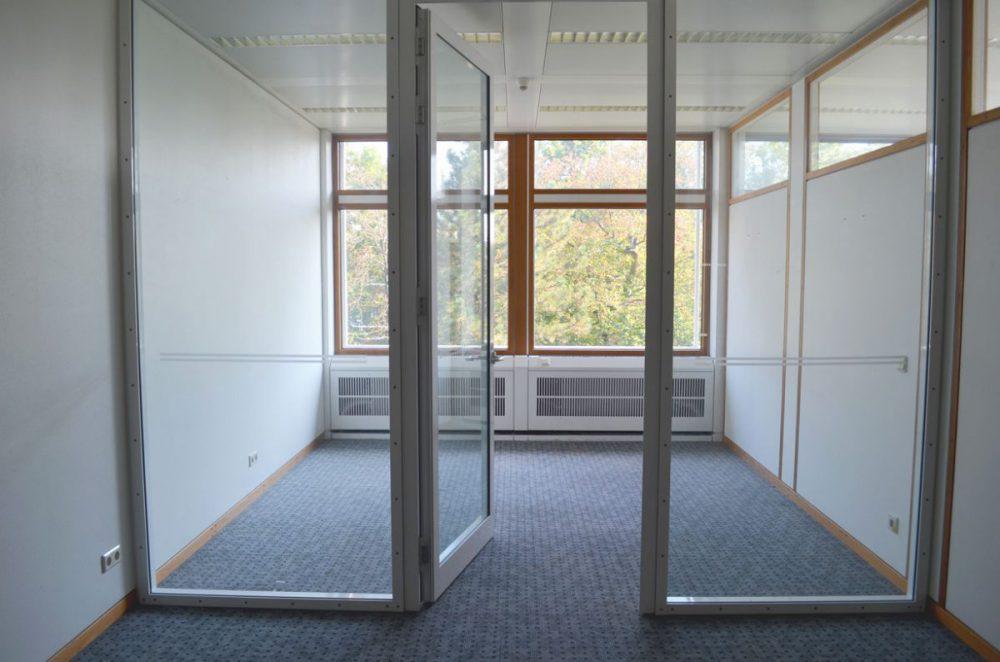 Bild eines Besprechungszimmers mit Glastür