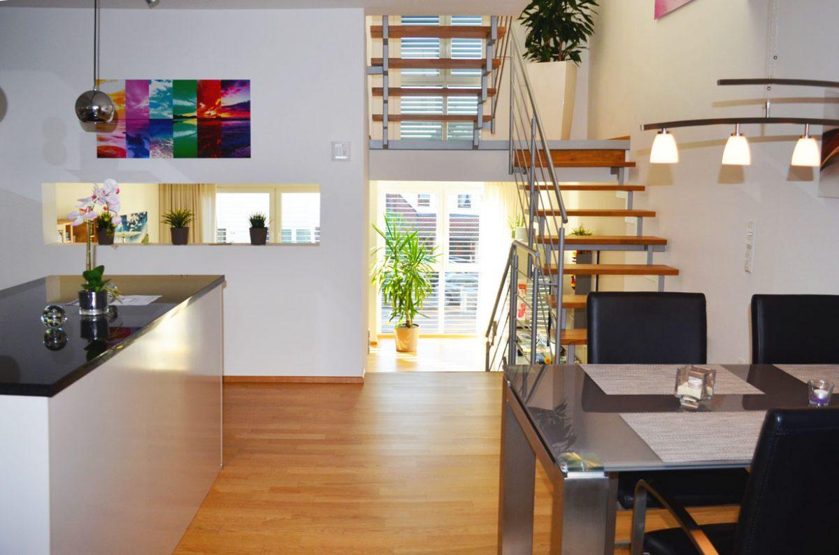 Innenaufnahme Küche in Blickrichtung Wohnzimmer