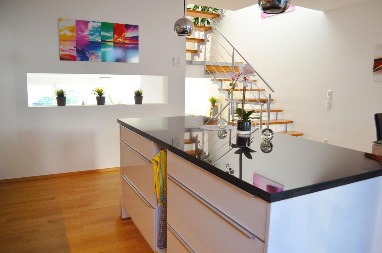 Reihenhaus in Split-Level-Bauweise: Blick auf den Küchenblock in Richtung Wohnbereich