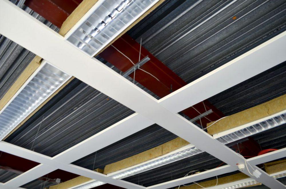 Offene Decke mit Stahlträgern