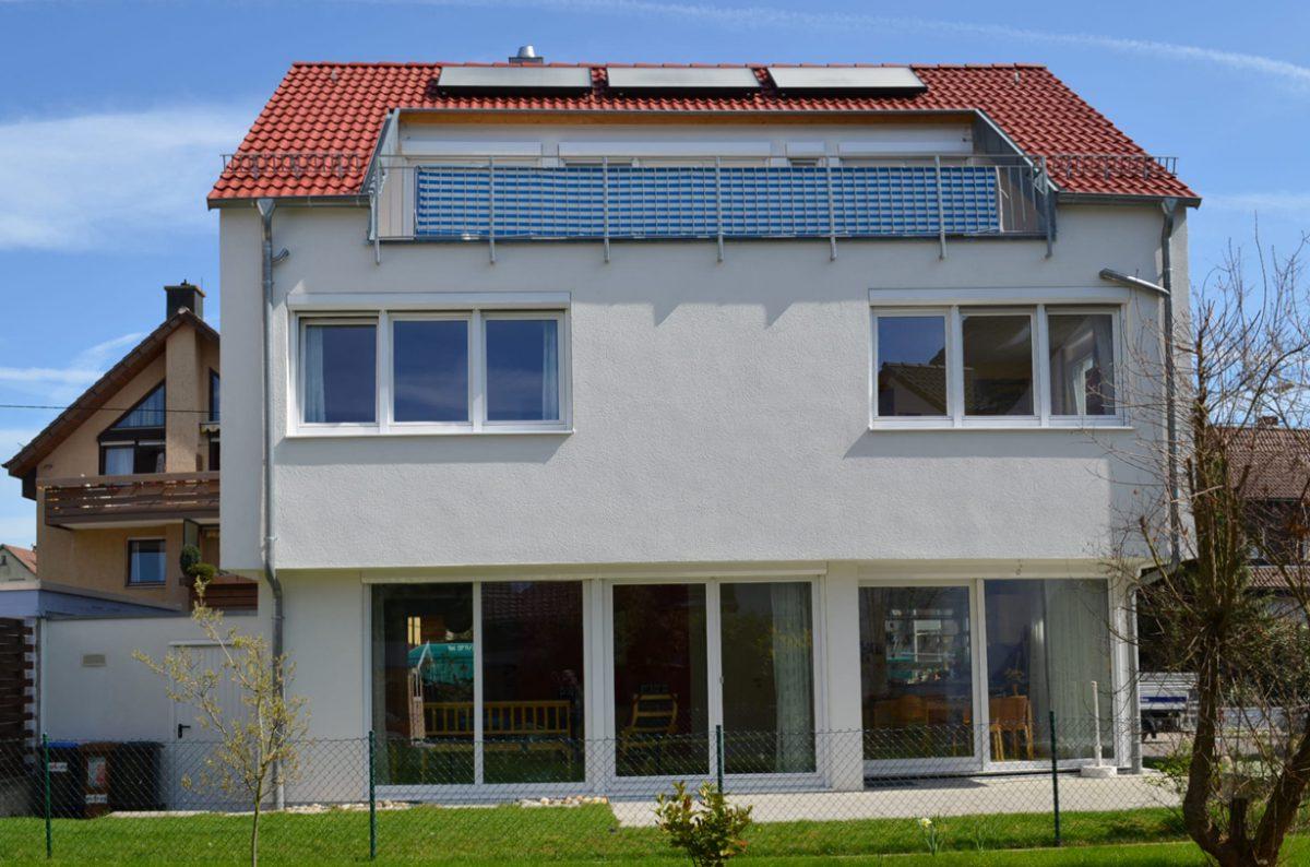 Bild Eines Einfamilienhauses Mit Solarkollektoren