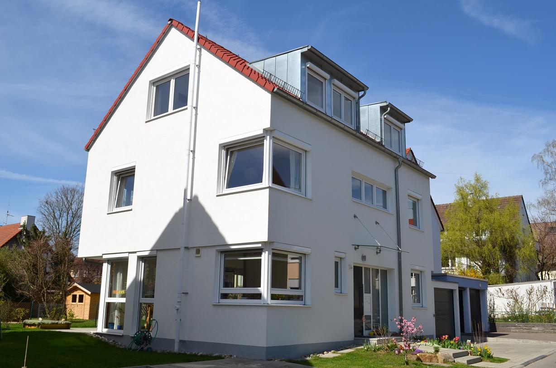 Vorderansicht Einfamilienhaus mit Solarkollektoren