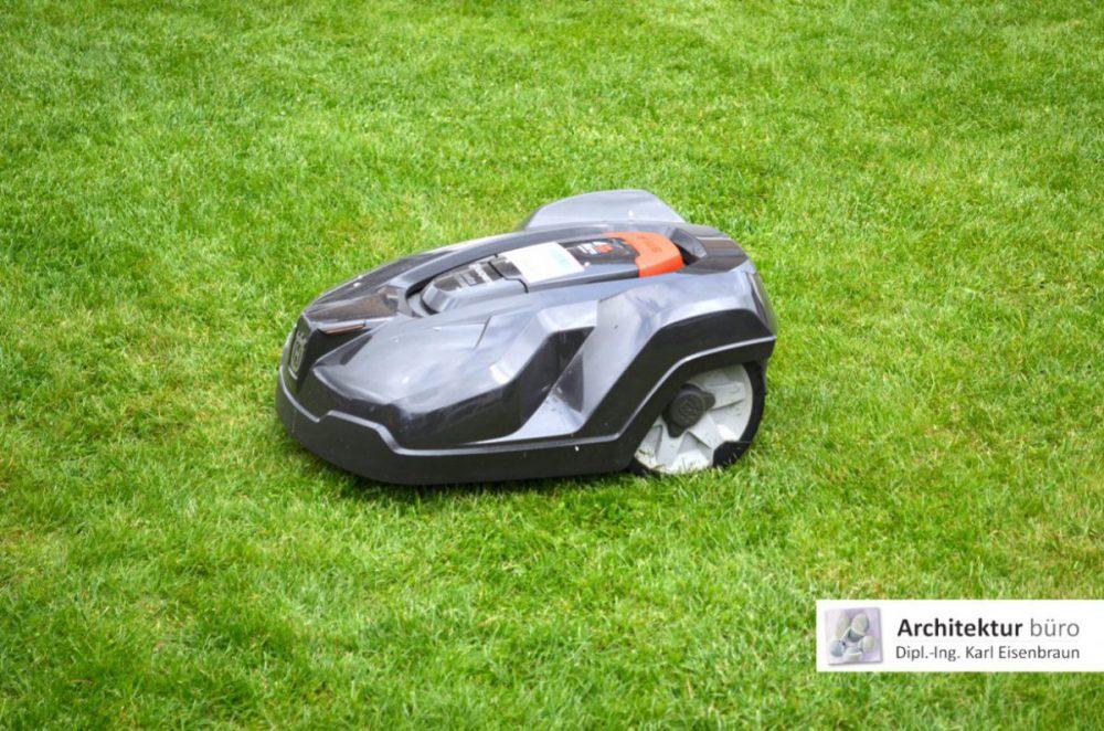 Maehroboter beim Rasen maehen