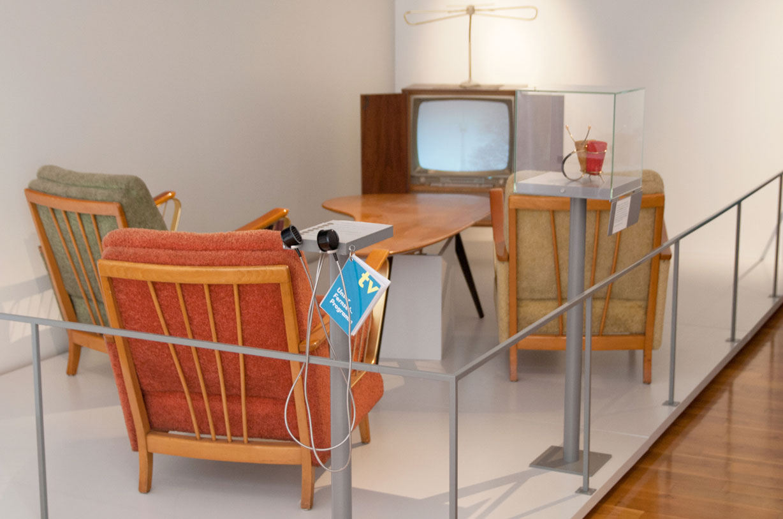 Wohnzimmer mit altem Fernsehapparat