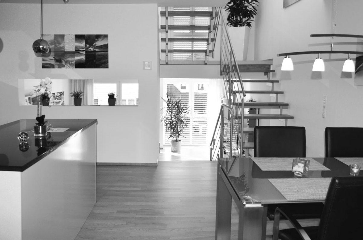 Offener Wohnbereich in einem Split-Level-Haus. Verantwortlicher Architekt: Karl Eisenbraun