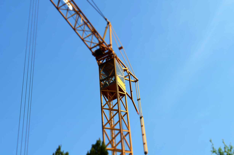 Neubau: Kran auf einer Baustelle für ein Mehrfamilienhaus