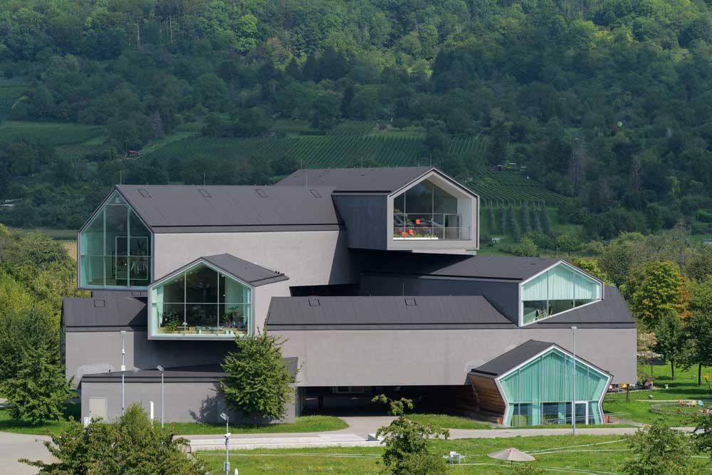 Bild des Vitra Hauses mit den Vitra Showrooms. Entworfen von Herzog & de Meuron