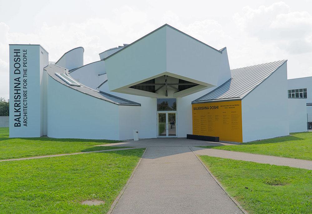 Ein Beispiel für Dekonstruktivismus: Frank O. Gehry, Vitra Museum, Weil am Rhein. Sonderausstellung Balkrishna Doshi