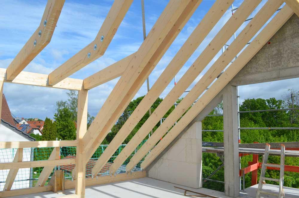 Das Bild zeigt die Dachkonstruktion mit einer Dachgaube in einem Neubau