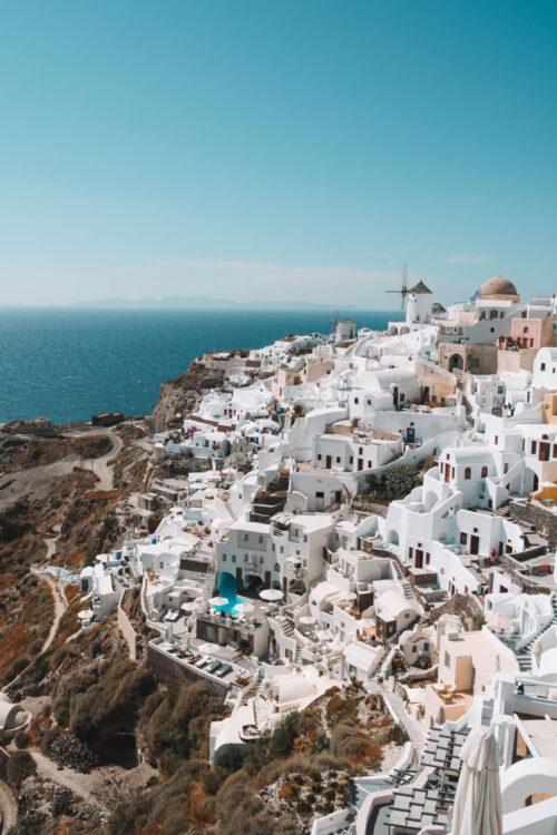 Fotografie der weißen Häuser von Santorin vor dem blauen Mittelmeer