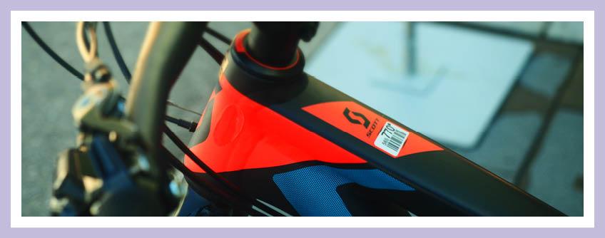 Planung Fahrradstellplätze: Das Beitragsbild Zeigt Ein Schwarzes E-Bike Mit Orangenen Und Blauen Details.