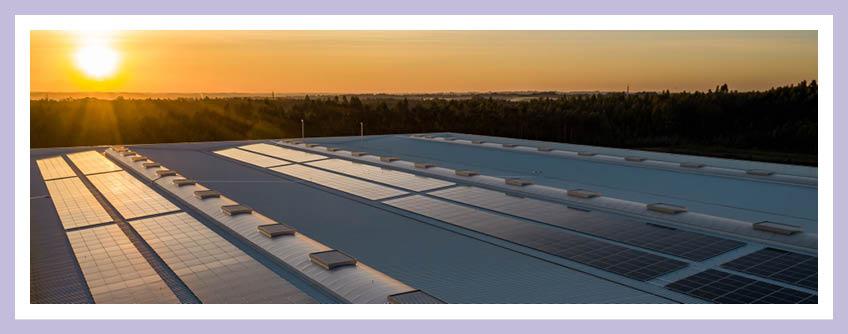 Wo Kann Man Die Paneele Einer Solaranlage Montieren? Das Bild Zeigt Solarpaneele Auf Einem Flachdach.