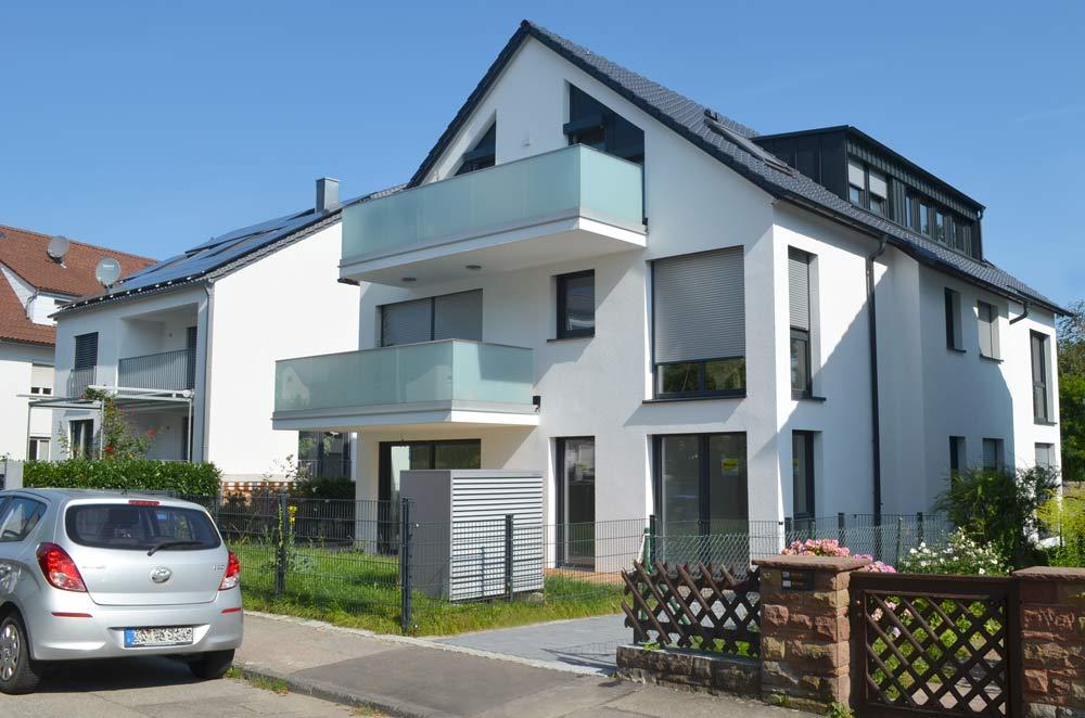 Vorderansicht: Mehrfamilienhaus Mit Luft/Wasser-Wärmepumpe. Geplant Und Gebaut Von Architekturbüro Eisenbraun.